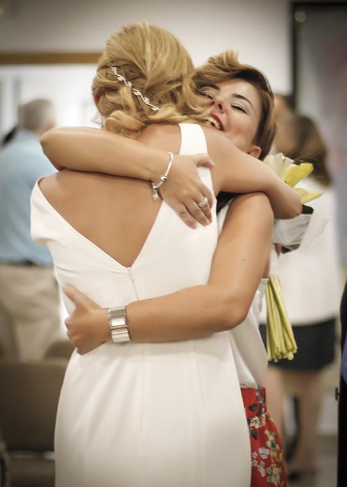 la novia abraza su amiga despues de la boda