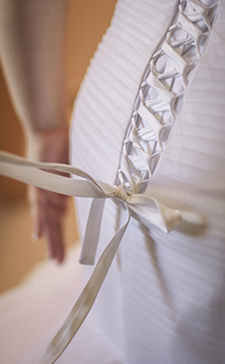 el lazo del vestido de la novia