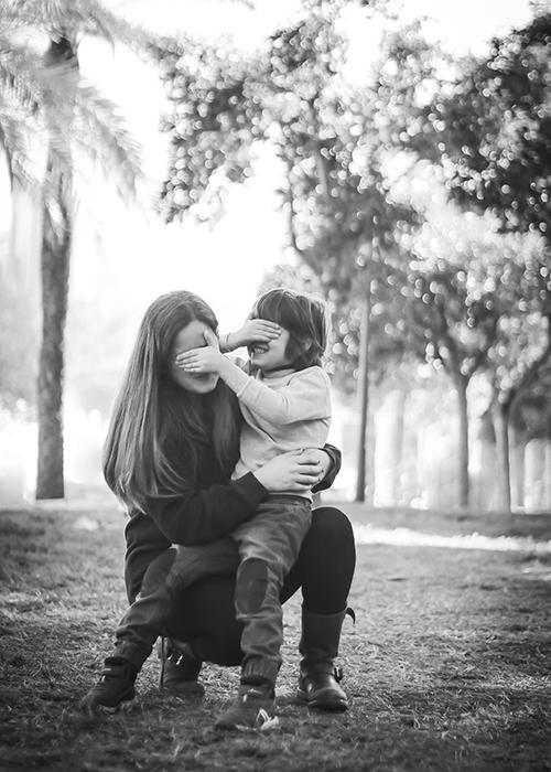 un niño jugando con su mama en el rio en valencia