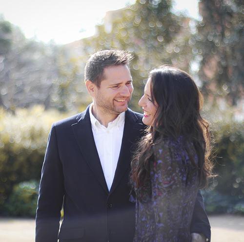 una pareja sonriendo se con amor en una al otro en una boda