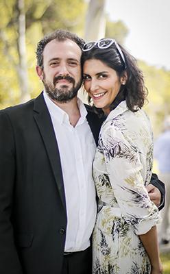 una pareja de invitados sonrien al camera en una boda muy feliz