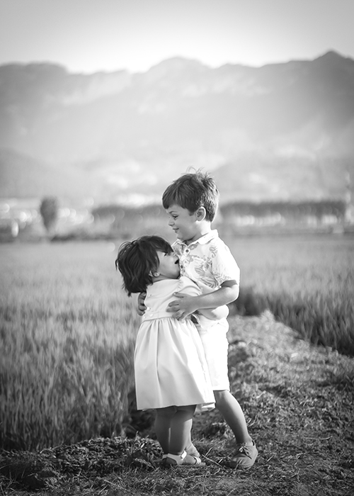 ninos de 3 a 5 años juegan en un campo en valencia