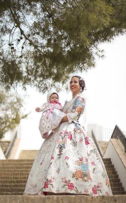 Una fallera con su bebe en el parque del rio turia en valencia