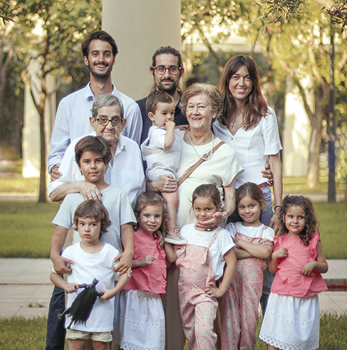 una familia de doce personas posando en el parque sesion fotografica valencia background