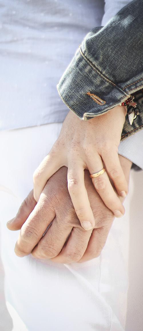 el mano del novio con el mano de la novia en la dia de sus boda